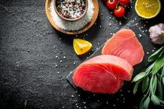 Kawałki świeży surowy tuńczyk z pomidorami, pikantność i cytryną, fotografia stock