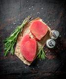 Kawałki świeży surowy tuńczyk z rozmarynami i pikantność obrazy royalty free