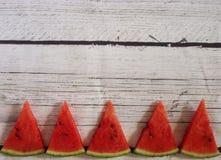 Kawałki arbuz na białym drewnianym tle fotografia stock