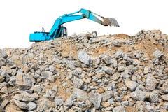 Kawałki betonowi i ceglani gruzowi gruzy na budowie z ładowaczem Fotografia Royalty Free