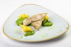 Kawałki bielu i koloru żółtego rybi pierożek w zielonym kumberlandzie na talerzu Zdjęcie Royalty Free