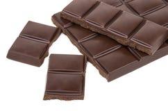 Kawałki ciemna czekolada odizolowywająca na bielu Zdjęcie Stock