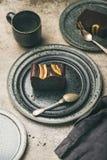 Kawałki ciemny czekoladowy bananowy chleb zasychają na talerzach zdjęcie stock