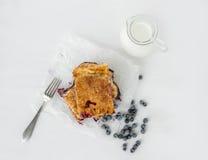 Kawałki czarna jagoda kulebiak na białym pieczeniu tapetują Fotografia Royalty Free
