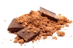 Kawałki czekolada w kakaowym proszku fotografia stock