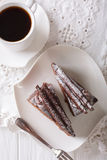 Kawałki czekoladowa trufla zasychają na talerza i kawy zakończeniu Zdjęcie Stock