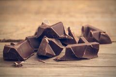 Kawałki czekoladowy bar na drewnianym tle, tonujący Fotografia Royalty Free