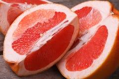 Kawałki czerwony grapefruitowy zbliżenie fotografia stock