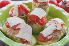 Kawałki faszerowaliśmy z warzywami ryżowymi z pomidorami i Parmezańskiego sera jarskim jedzeniem w zielonym naczyniu zucchini rob fotografia stock