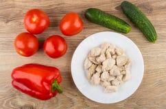 Kawałki gotowany kurczaka mięso, warzywa na drewnianym stole i zdjęcia royalty free