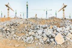 Kawałki gruzowi gruzy i gigantyczni żurawie na budowie betonowi i ceglani Zdjęcie Stock