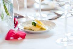 Kawałki masło na małym talerzu na stole zdjęcia royalty free