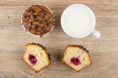 Kawałki muffins z faszerujący i z czekoladą i mlekiem zdjęcie stock