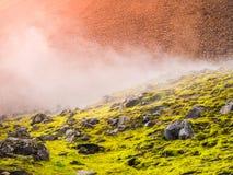 Kawałki obsydian w kolorowej scenerii tęcz góry, Fjallabak rezerwat przyrody, Iceland Zdjęcia Royalty Free