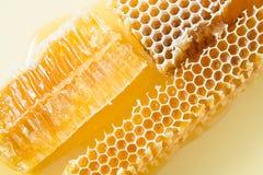 Kawałki pszczoły honeycomb zbliżenie Obrazy Stock