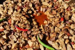 Kawałki smażący wieprzowiny mięso z gorącymi pieprzami zdjęcie stock