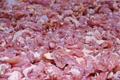 Kawałki surowy kurczak, zakończenie w górę w świeżym rynku dla sprzedaży, zdjęcia stock