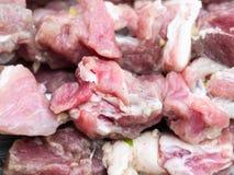 Kawałki surowy wieprzowiny mięso zamknięty w górę obraz stock