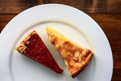 Kawałki tort na białym talerzu Obraz Royalty Free