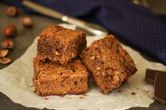 Kawałki tort na pergaminie, hazelnut i czekoladzie, obraz stock