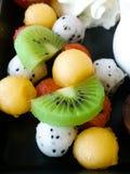 Kawałki wykładający na talerzu owoc obrazy royalty free