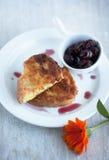 Kawałki wznoszący toast chleb na czereśniowym dżemu i talerzu Obrazy Royalty Free
