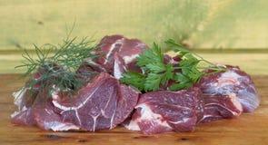 Kawały świeży mięso z pietruszką i koperem na drewnianym backgroun Obrazy Royalty Free