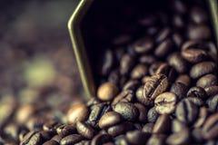 Kawa bean śniadanie kawa ideał wyizolował makro nadmiar białych rozlewająca fasoli kawa Fotografia Royalty Free