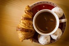 Kawa, ciastka, jeden croissant i Bożenarodzeniowy kwiat, zdjęcie royalty free