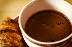 Kawa, ciastka, jeden croissant i Bożenarodzeniowy kwiat, zdjęcia stock