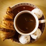 Kawa, ciastka, jeden croissant i Bożenarodzeniowy kwiat, Obrazy Royalty Free