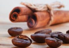 Kawa, cynamon w górę kawy i cynamon w górę obrazy stock