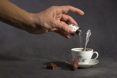 kawa dodawanie truciznę Obrazy Stock