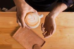 Kawa domu kontuaru tło z coffe filiżanką, odgórny widok Zdjęcia Royalty Free