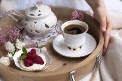 kawa doprawiał Śniadanie w łóżku romans Biały i różowi kwiaty błękitny kolorów błękitny zielone światło - kolor żółty Jedzenie i  obraz stock