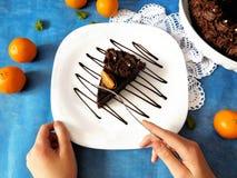 Kawałek czekoladowy cheesecake na talerzu Zdjęcie Stock