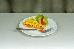 Kawałek domowej roboty tortowy serdecznie ptysiowy ciasto z pomidorem Zdjęcia Stock