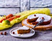 Kawałek marchewka tort jest na talerzu Obrazy Stock