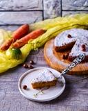 Kawałek marchewka tort jest na talerzu Zdjęcia Royalty Free