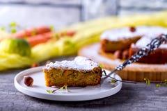 Kawałek marchewka tort jest na talerzu Obrazy Royalty Free