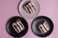 Kawałek urodzinowy tort na menchii zdjęcia stock