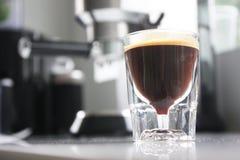 Kawa espresso strzelał szklany pełnego kawa z crema Zdjęcia Stock