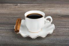 Kawa espresso z kijem cynamon na spodeczku fotografia stock
