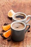 Kawa espresso z plasterkami mandarynka na nieociosanym drewnianym stole zdjęcia royalty free