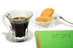 Kawa espresso z zielonym notatnikiem na białym tle zdjęcia stock
