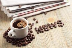 Kawa, gazeta i słowo wiadomość, Obrazy Stock
