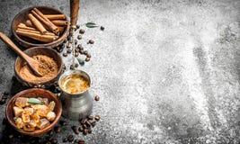 kawa gotowa wykorzystania tła Kawa w indyku z kryształami cukieru, cynamonu i ziemi kawa, Zdjęcie Stock
