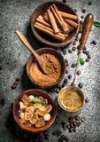 kawa gotowa wykorzystania tła Kawa w indyku z kryształami cukieru, cynamonu i ziemi kawa, Obraz Royalty Free