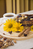 Kawa i dokrętka tort Obrazy Stock