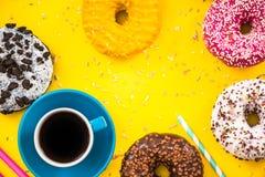 Kawa i donuts wibrującego mieszkania nieatutowy projekt Zdjęcia Royalty Free